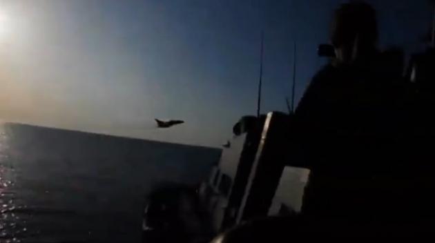 Российский истребитель пролетает над американским эсминцем «Дональдом Куком»