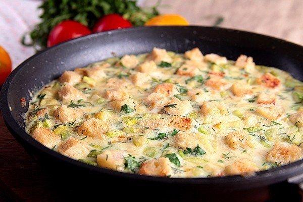 Омлет с хлебом рецепт на сковороде