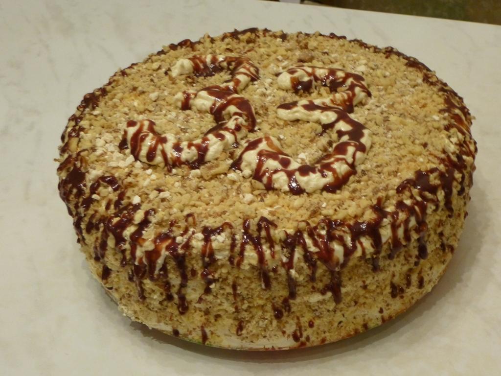Торт белковый с масляным кремом.