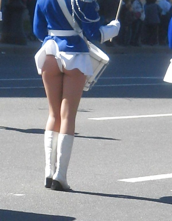 Девчонки поднимают юбочки