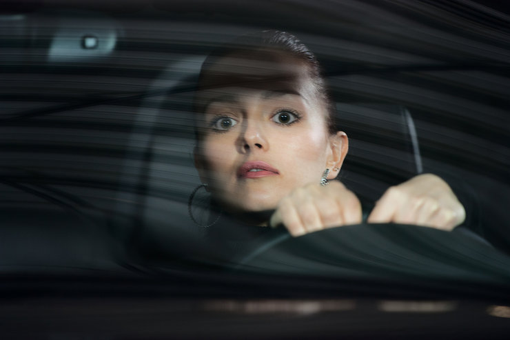 Девушка за рулем задний план фото