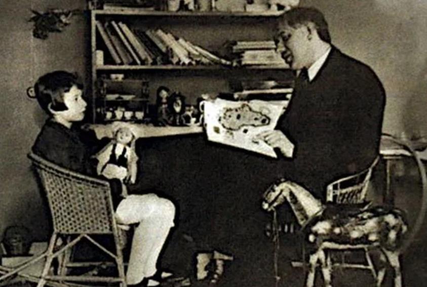 Чуковский с младшей дочерью.