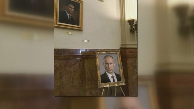 Чиновницу в США заставили извиниться за портрет Путина