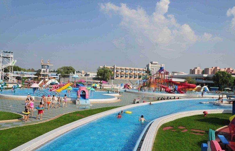 Иностранных посетителей везде сопровождает гид, даже в раздевалке Израиль, аквапарк, кндр, развлечения, северная корея, турист