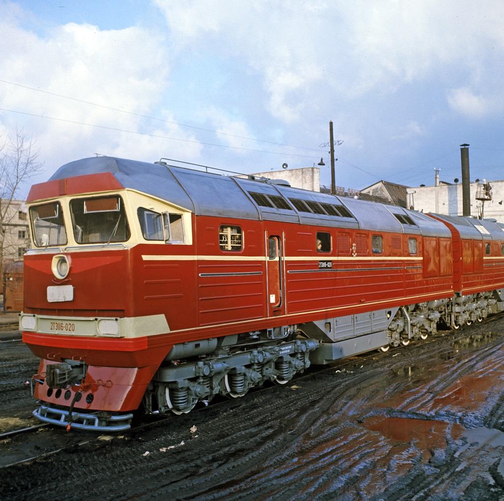 На Украине советскому локомотиву пришлось вытаскивать американский тепловоз