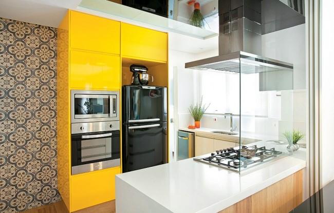 Миниатюрная кухонька с яркими шкафчиками