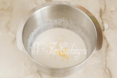 Шаг 4. Дальше наливаем 170 миллилитров молока (любой жирности) и кладем 60 граммов сливочного масла (его нужно растопить и полностью остудить до комнатной температуры)