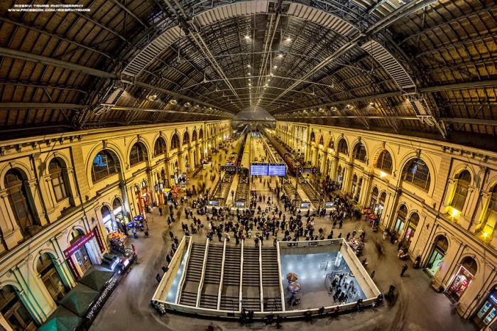 Главный холл железнодорожного вокзала Будапешта. Автор фото: Tamas Rizsavi.