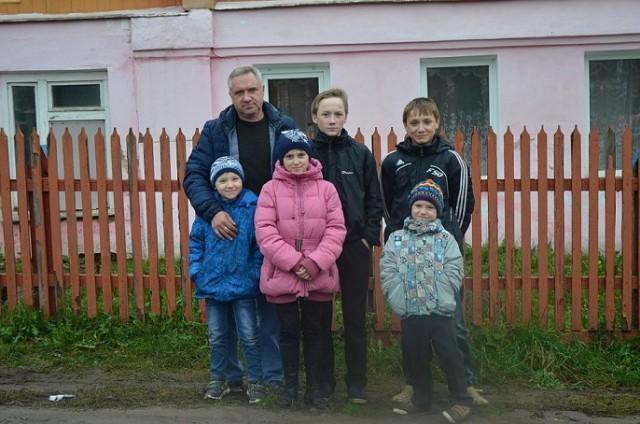 Семью, в которой отец-одиночка воспитывает пятерых детей, сняли из очереди на жилье