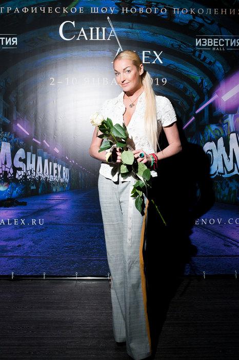 Кабаева неожиданно посетила премьеру вместе со своим мужем-спортсменом в неформальной одежде