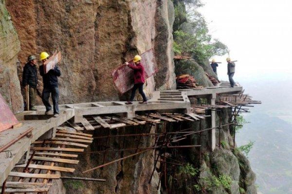 Бесстрашные мужики строят горную тропу без страховки