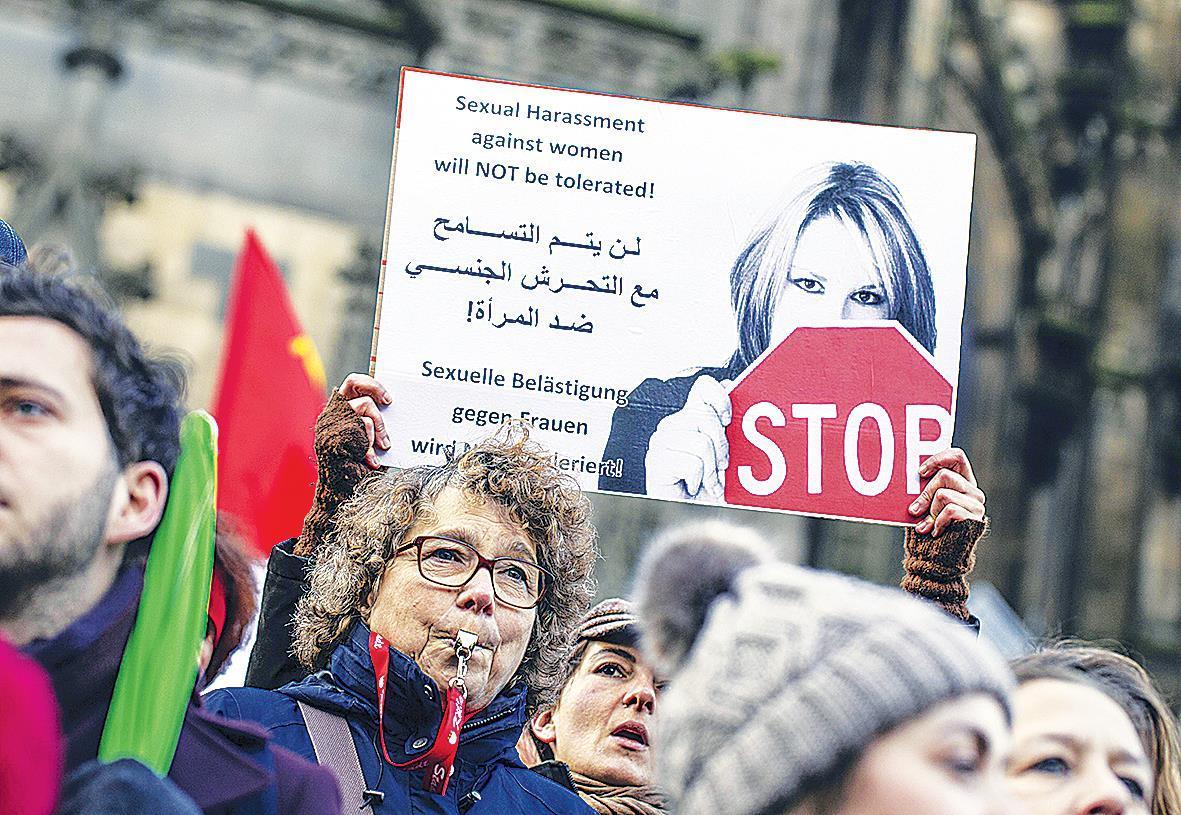 Немецких девушек успокаивают тем, что раздают мигрантам презервативы