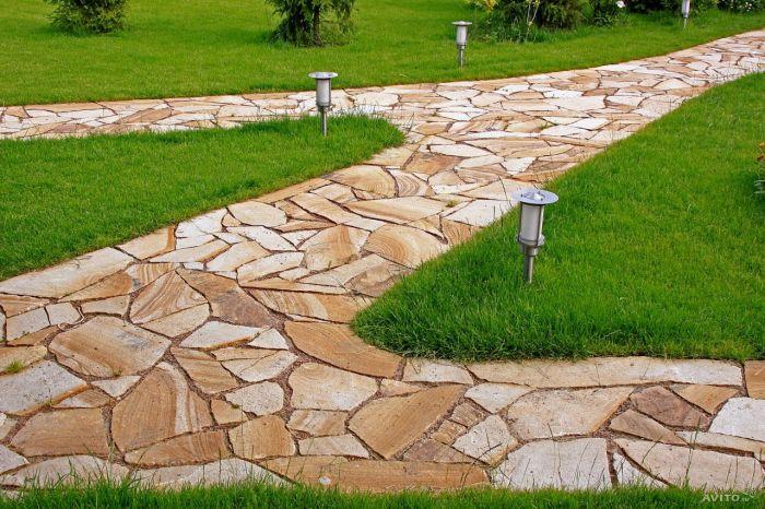 Мощение брусчаткой – классический, но в тоже время оригинальный тип мощения садовых дорожек.
