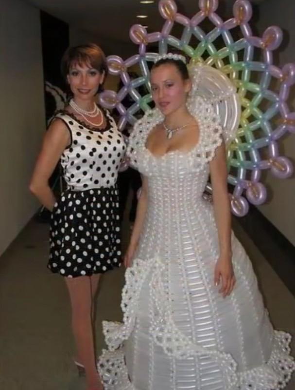 8. Когда выходишь замуж за клоуна невесты, свадебное платье