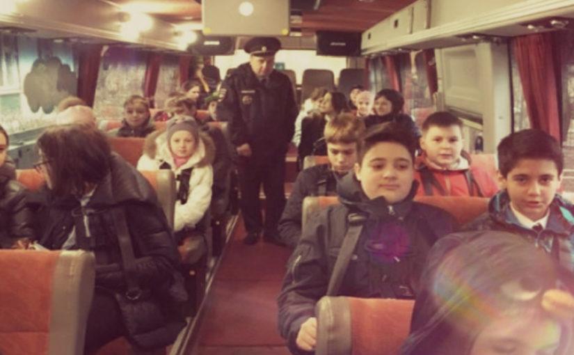 Ехала я вчера в троллейбусе и тут в салон ввалилась толпа школьников...