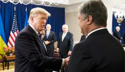 Президент США Дональд Трамп и президент Украины Петр Порошенко (слева направо) во время встречи