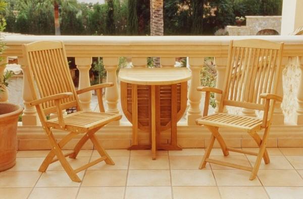 Деревянный складной столик удобен на балконе