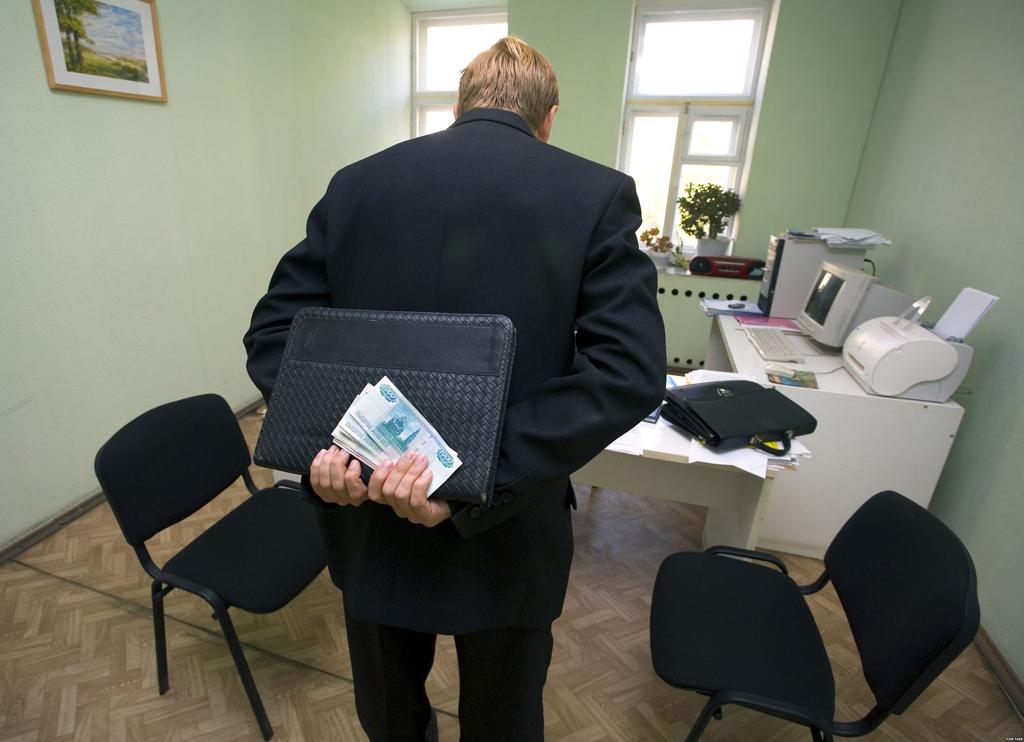 Задержан директор учебного центра в кирове, выдававший дипломы за взятку
