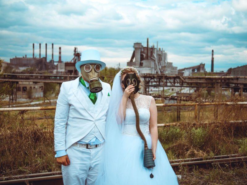 Суровое торжество: пара из Челябинска устроили свадебный фотосет в противогазах