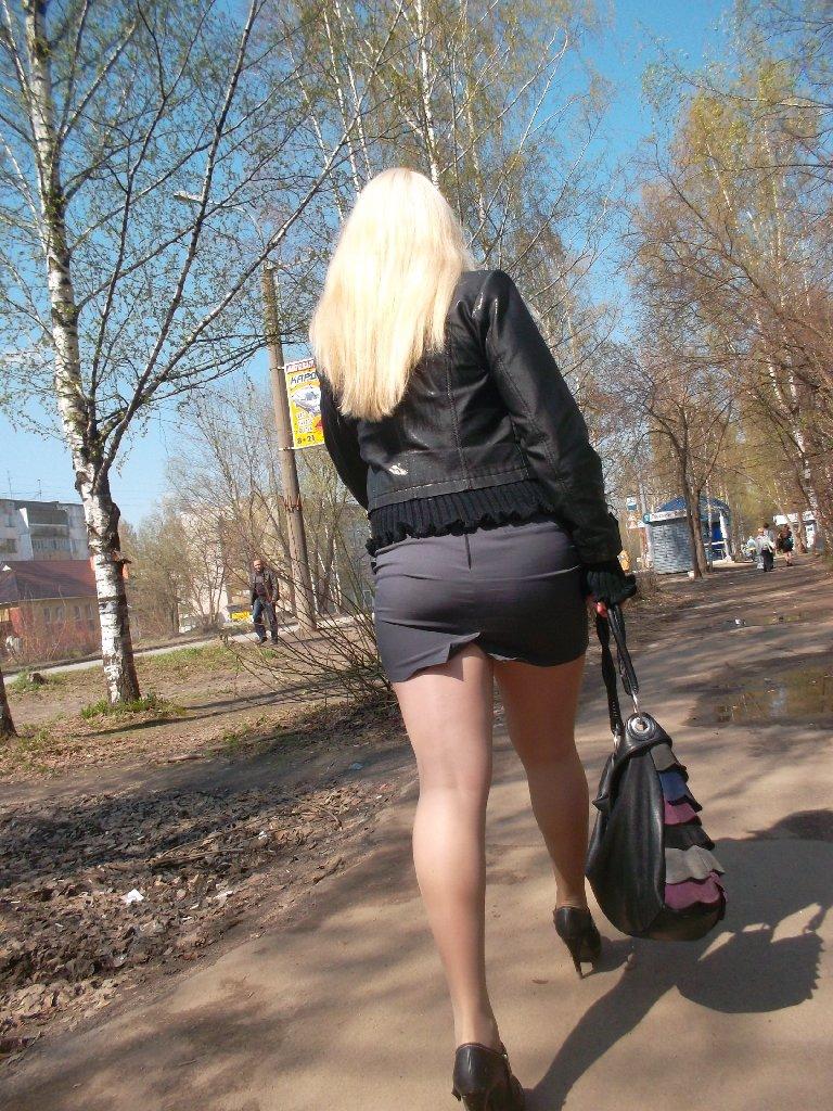 Вызывающая блонда раздевается на улице  475278