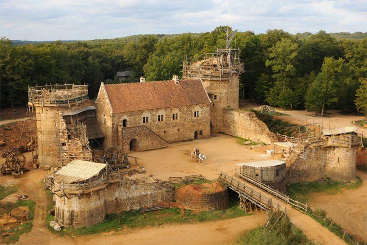 Окошко в прошлое: во Франции уже 20 лет строят замок по средневековым технологиям