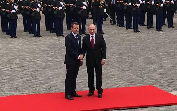 Владимир Путин и Эммануэль Макрон проводят встречу в Версале