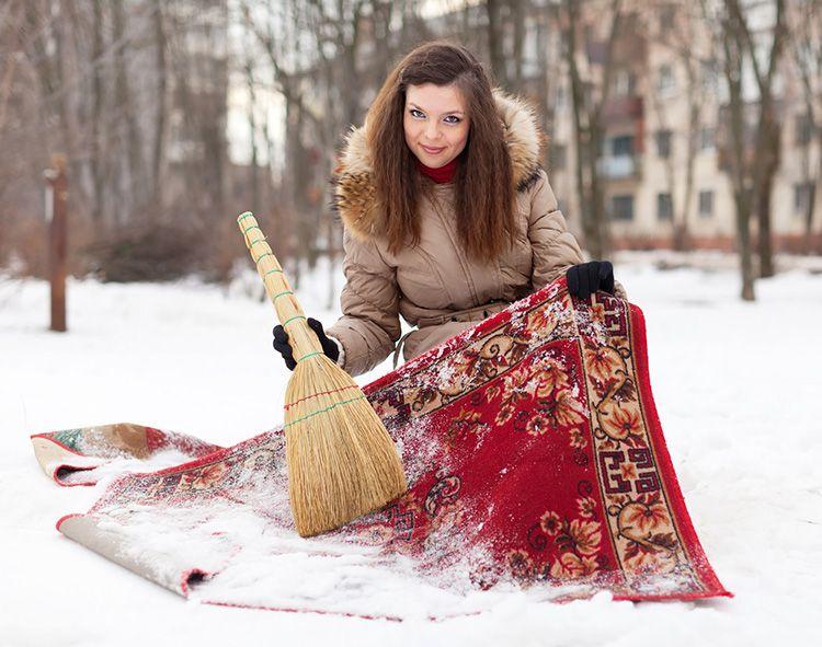 Нестареющий хитрый трюк — чистка ковра снегом