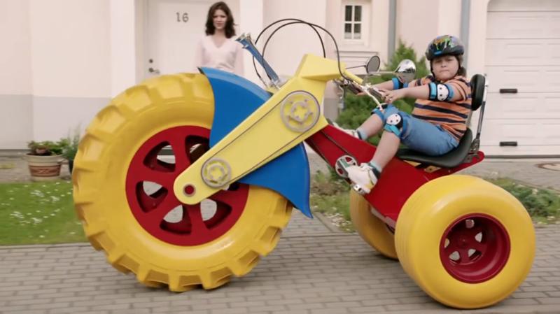 А это, видимо, он в детстве. большие игрушки, большие мальчики, прикол, юмор