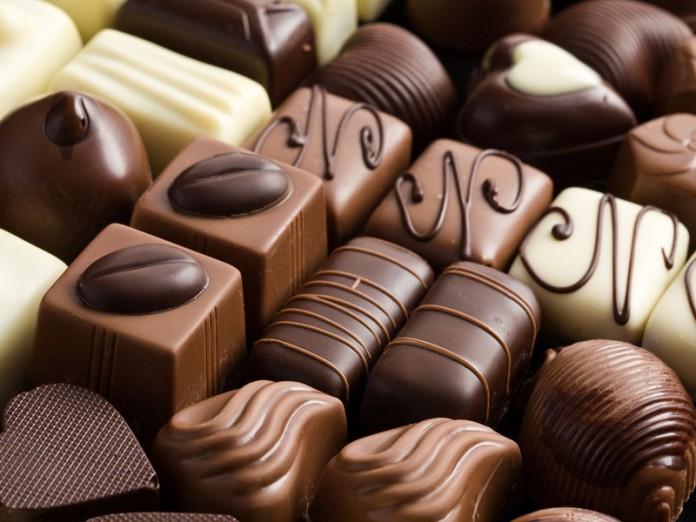 Маленький мальчик ел в автобусе шоколадные конфеты...