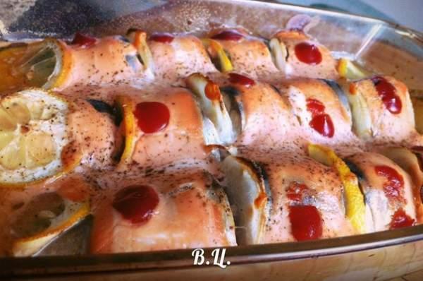 Скумбрия, запеченная в духовке под соусом