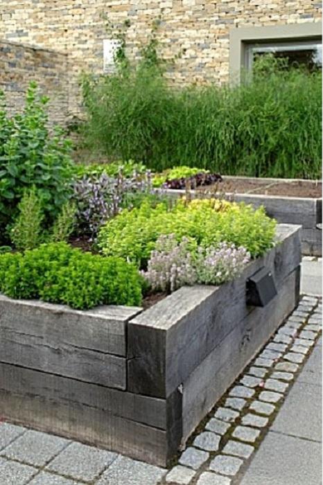Термообработанной древесиной украшен поднятый сад, который создан специально для того чтобы сделать симпатичным участок.