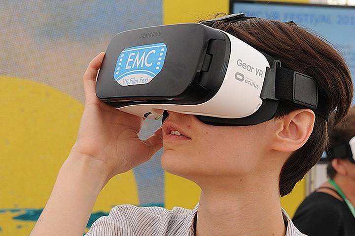 Геймер проснулся в очках виртуальной реальности и от страха сломал стену