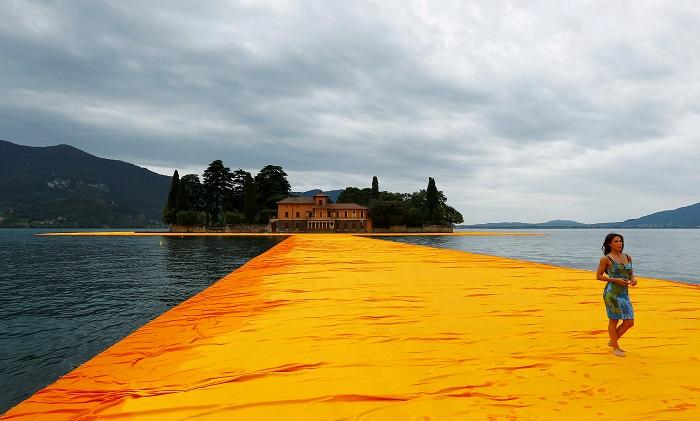 Художник открыл на итальянском озере плавучую пешеходную дорожку