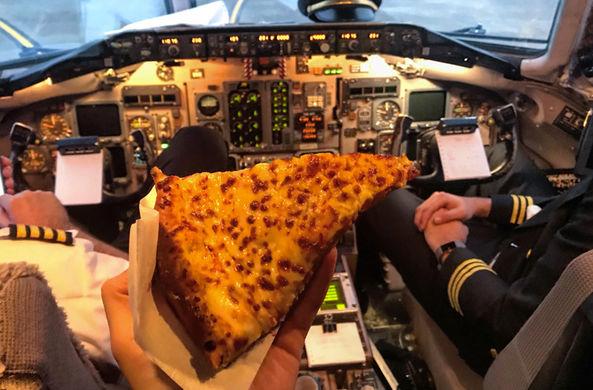 Пилот заказал уставшим пассажирам пиццу прямо на летное поле