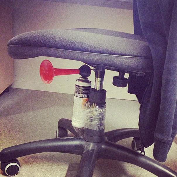 """18. Прикрепите """"крякалку"""" под сиденье офисного кресла 1 апреля, День дурака, прикол, розыгрыш, юмор"""