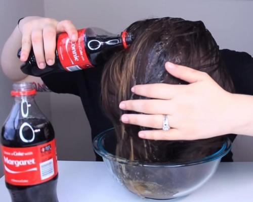 Подруга взяла «Кока-колу» и начала лить на ВОЛОСЫ.
