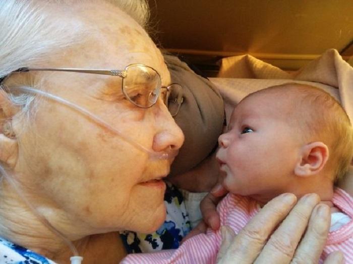 Встреча поколений — 15 счастливых и грустных снимков бабушек и дедушек, которые впервые увидели своих внуков