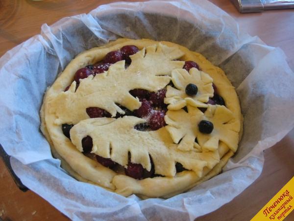 12) Из оставшегося теста слепим красивые формы в виде листиков, например, и сверху украсим ими пирог.
