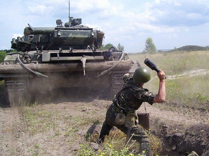 Смертельно раненый командир разведки ЛНР подорвал себя под вражеским танком
