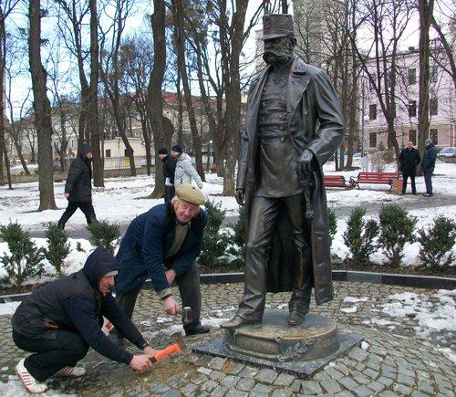 Вуйки перед памятником Францу-Иосифу