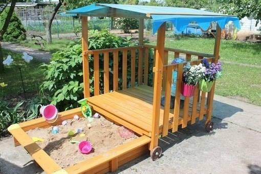 Замечательный мобильный детский домик на колесах, он же - крыша для песочницы. дача, дачный участок, идеи для дачи, своими руками, сделай сам