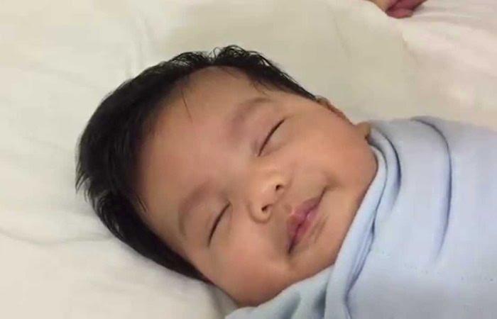 Молодой папа научился убаюкивать своего трёхмесячного малыша за 40 секунд