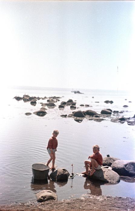 Дети, играющие на пляже. Украина, 1950-е годы. Фото: Semyon Osipovich Friedland.