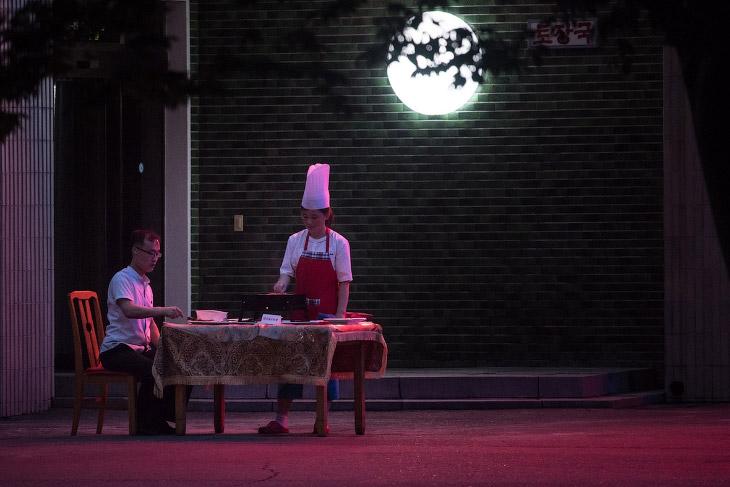 Ресторанчик со столами на улицу в Пхеньяне