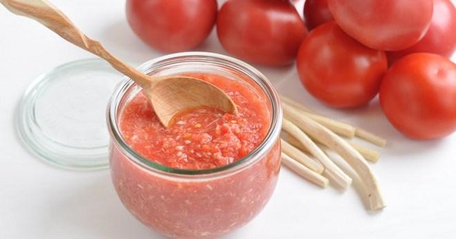 Хреновина с помидорами - пикантная, вкусная и очень жгучая приправа