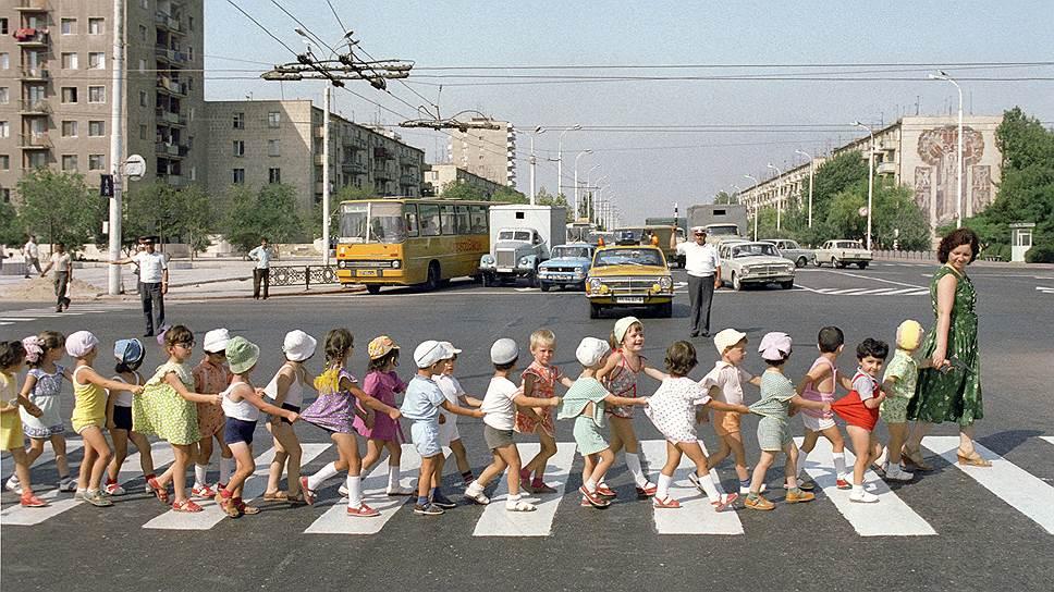 Советский детсад на прогулке: Никто себя не узнал?