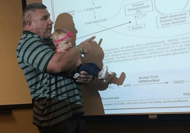 Она пришла на лекцию с младенцем. Ты не поверишь, что профессор сделал с ребенком у всех на глазах!