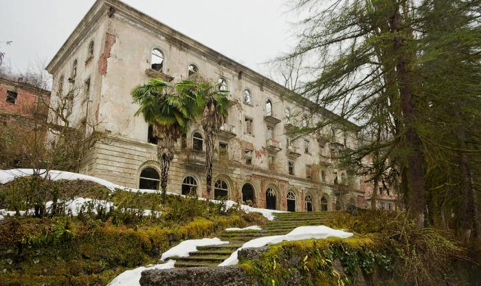 Изысканная архитектура, пальмы, чистый воздух. Отдыхать сюда приезжали со всего СССР. /Фото: Юрий Попков, yuryvp.com