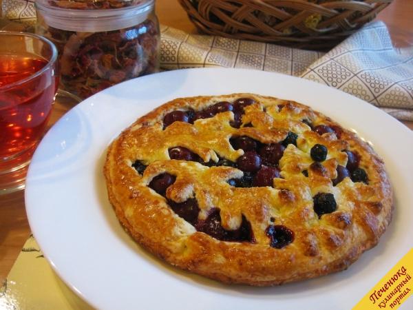 14) Отправим пирог с замороженными ягодами в предварительно разогретую до 180 градусов духовку. Выпекаем его 35-40 минут.<br /><br /><br />