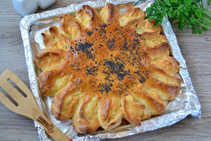Дрожжевой пирог с мясом и сыром